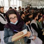 Афганская журналистка на пресс-конференции официальных лиц Талибана в Кабуле. 05 октября 2021 года