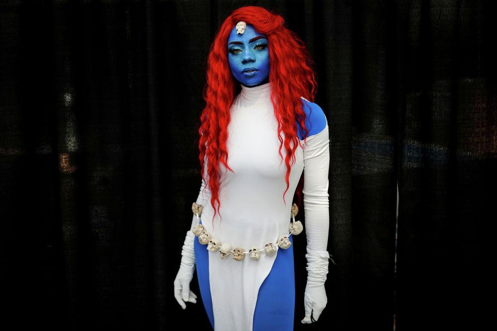 Девушка позирует на фестивале New York Comic Con 2021 в конференц-центре Джейкоба Джавитса на Манхэттене в Нью-Йорке (США). 7 октября 2021 года