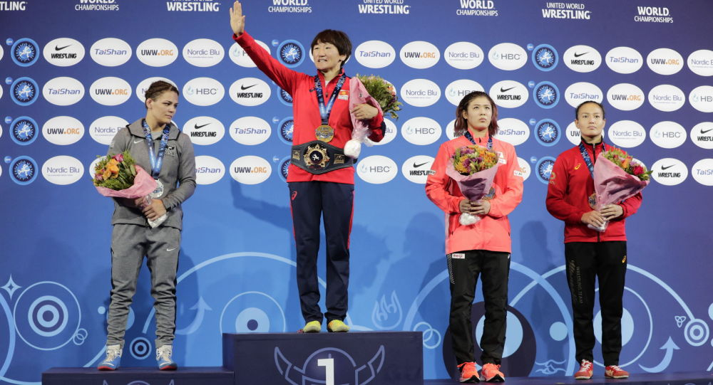 Кыргызстандык балбан Айсулуу Тыныбекова (солон экинчи) Осло шаарындагы күрөш боюнча дүйнө чемпионатынын жеңүүчүлөрүн сыйлоо аземи учурунда