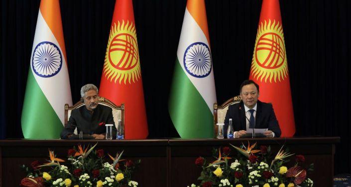 Министр иностранных дел Кыргызстана Руслан Казакбаев во время встречи с министром иностранных дел Индии Субраманьямом Джайшанкаром в рамках его официального визита в КР
