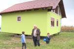 Босния жана Герцеговина жараны, ойлоп табуучу Воин Кусич кадимкидей эле айланып турган там курган.