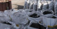 Мешки с углями на улице Мурманская в Бишкеке