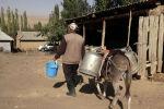 Жители села Кызыл-Туу Ошской области уверены, что большинство кыргызстанцев не ценят своего богатства. Для того, чтобы просто приготовить поесть или заварить чай, они вынуждены каждый день проходить по несколько километров…