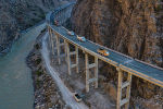 Уже через несколько недель в Кыргызстане завершат возведение двух крупнейших эстакадных мостов. Мы проехались по альтернативной трассе север — юг, чтобы показать ход строительства масштабных объектов.
