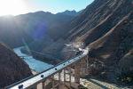 Съемочная группа Sputnik Кыргызстан направлялась к тоннелю и мостам на альтернативной трассе север — юг. Увидев живописные пейзажи вдоль дороги, мы решили снять и показать их вам.