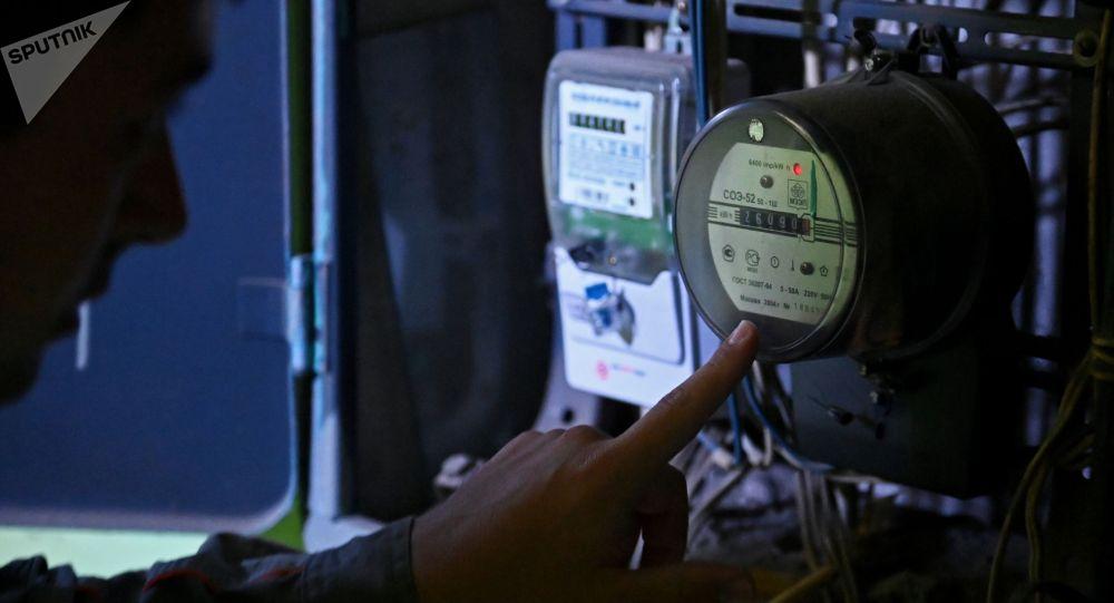 Электрик проводит работы по замене счетчиков. Архивное фото