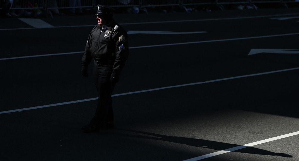 Офицер полиции во время патрулирования в штате Пенсильвания. Архивное фото