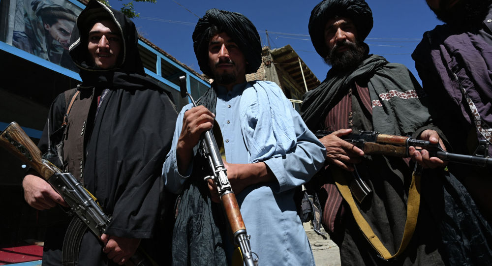 Боевики Талибана на рыночной площади в районе Хендж, провинция Панджшер. Архивное фото