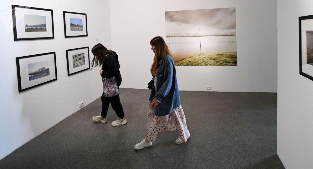 Посетительницы на фотовыставке. Архивное фото