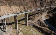 Вид с дрона на строящийся эстакадный мост на альтернативной дороге север — юг