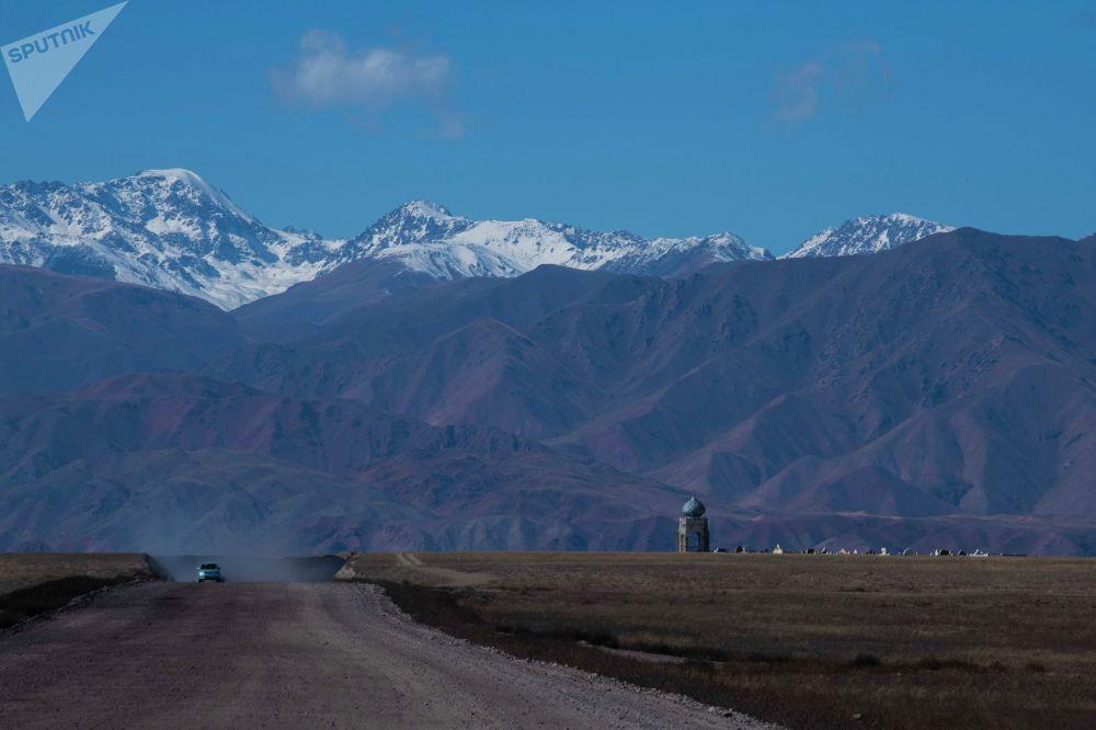 Түндүк — Түштүк жолу Жалал-Абад менен Балыкчыны туташтырат. Жолдун айыл аралаган бөлүгү төрт тилке, ал эми талаа жерлери эки тилкелүү болот.