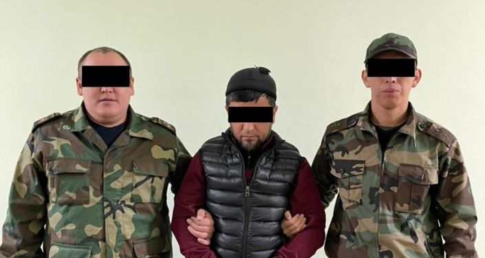 Задержанный гражданин А. К., по подозрению в изготовлении фальшивых денежных купюр, во время обыска в офисе, спецназом ГКНБ КР. 14 октября 2021 года