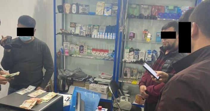 Обыск в офисе, спецназом ГКНБ КР гражданина А. К., по подозрению в изготовлении фальшивых денежных купюр. 14 октября 2021 года