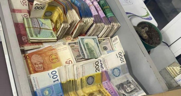 Изъятые денежные купюры, во время обыска в офисе гражданина А. К., спецназом ГКНБ КР. 14 октября 2021 года