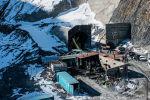На перевале Кок-Арт через Ферганский хребет строят крупнейший в Кыргызстане тоннель. Это самый дорогой объект на альтернативной трассе север — юг. Съемочная группа Sputnik побывала внутри тоннеля и узнала, какой будет альтернативная дорога.