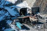 Көк-Арт ашуусунда Кыргызстандагы эң узун тоннель курулууда. Бул Түндүк — Түштүк альтернативдик жолундагы эң кымбат долбоор. Биз курулуштун ичине кирип көрдүк.