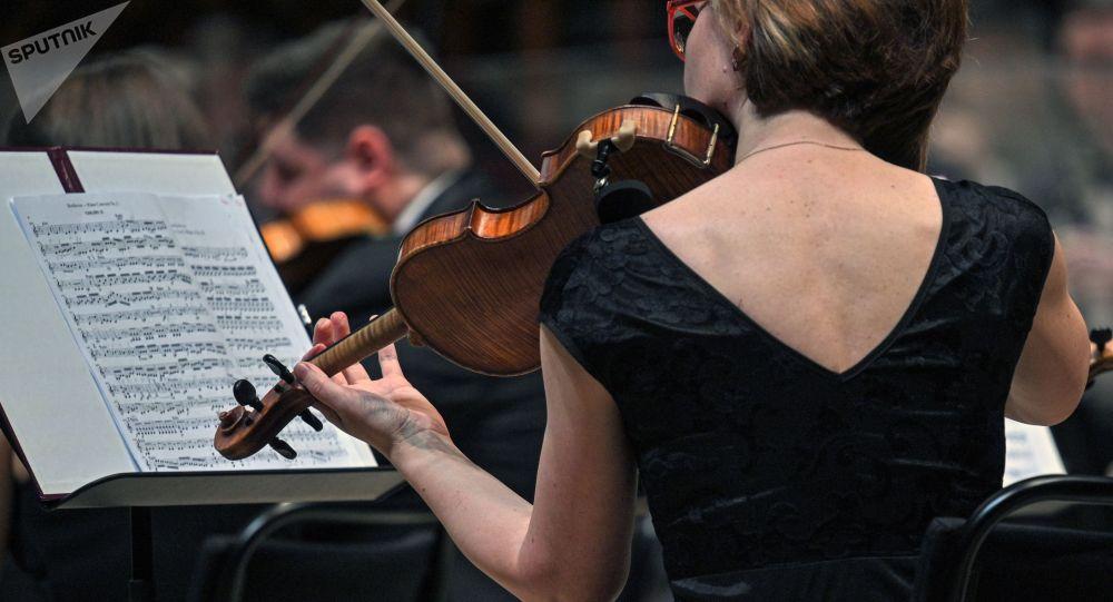 Музыкант играет на скрипке. Архивное фото