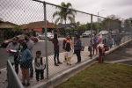 Родители и ученики ждут в очереди возле школы в Мейвуде, штат Калифорния. Архивное фото