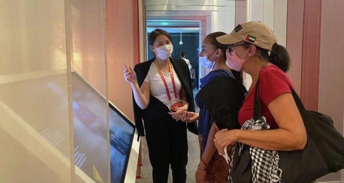 Люди во время просмотра национальных проектов ИА и радио Sputnik Кыргызстан, представленных на всемирной выставке Expo-2020 в Дубае