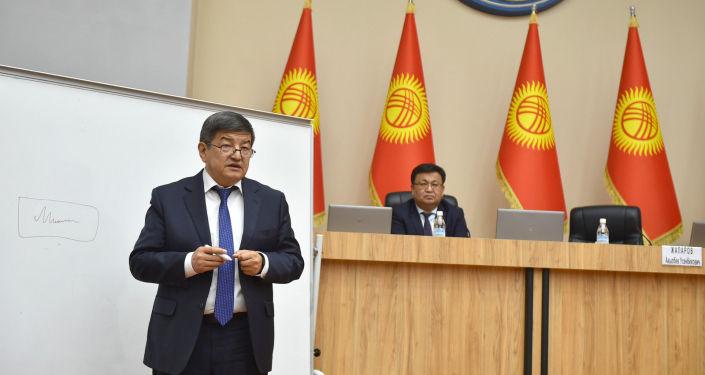 Председатель кабинета министров Акылбек Жапаров во время рабочего совещания с сотрудниками администрации президента КР