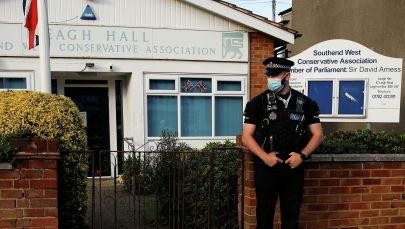 Сотрудник полиции на месте нападения на депутата британского парламента Дэвида Эймса в Ли-он-Си, Великобритания. 15 октября 2021 года