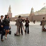 Москвада Кызыл аянтта кызуу иштеген киночулар. Камеранын ары жагында көз айнекчен турган Базаров