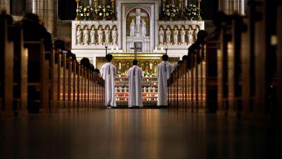 Месса в Церкви Святого Сердца в Париже, Франция. Архивное фото