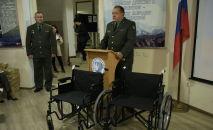 Атташе по вопросам обороны при российском посольстве полковник Игорь Довбня во время церемонии передачи гуманитарной помощи войнам-афганцам