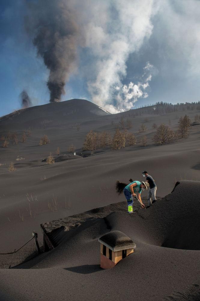 Вулканический пепел покрыл остров Пальма. Извержение вулкана Кумбре-Вьеха продолжается, лава покрыла около 674 гектаров земли и уничтожила более 800 домов.