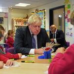 Премьер-министр Великобритании Борис Джонсон общается со школьниками во время посещения академии Англиканской церкви Вестбери-он-Трим перед заседанием регионального кабинета министров в Бристоле. Великобритания, 15 октября 2021 года