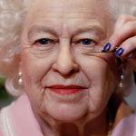 Художница Эмма Михан наносит последние штрихи на новую восковую фигуру королевы Елизаветы II в Блэкпуле (Великобритания). 14 октября 2021 года