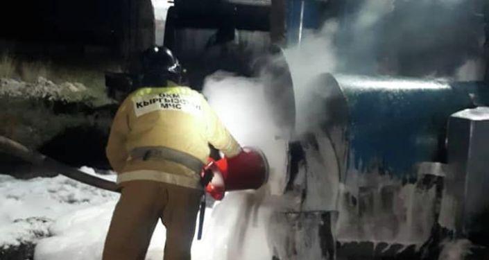 Сотрудники МЧС тужат пожар в на нефтебазе в городе Балыкчи.