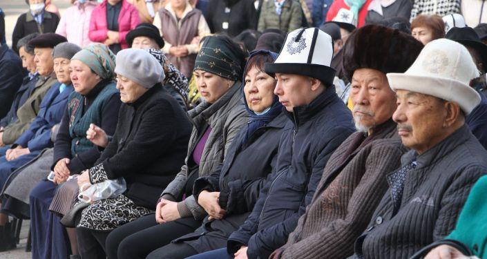 Люди на панихиде по народному поэту Майрамкан Абылкасымовой в здании театра оперы и балета имени А. Малдыбаева в Бишкеке