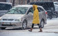 Девушки переходят дорогу во время снегопада в Бишкеке. Архивное фото