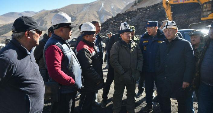 Председатель Кабинета министров Акылбек Жапаров во время рабочей поездкой в Нарынскую область, проинспектировал работу угольного месторождения Кара-Кече.  18 октября 2021 года