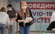 Люди в пункте вакцинации от COVID-19 в ГУМе в Москве. Архивное фото