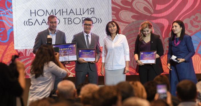 Первая леди КР Айгуль Жапарова на церемонии вручения премии имени Салтанат Саматовой Держи мою руку