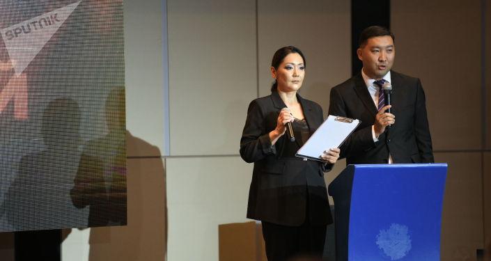 Ведущие на церемонии вручения премии имени Салтанат Саматовой Держи мою руку