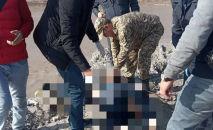 Сотрудники МЧС на месте обнаружения тела мужчины в водохранилище в селе Нижняя Ала-Арча Аламединского района