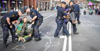 Полиция Стокгольмдогу демонстрация учурунда климат активисттерин эвакуациялап жатат. Архив