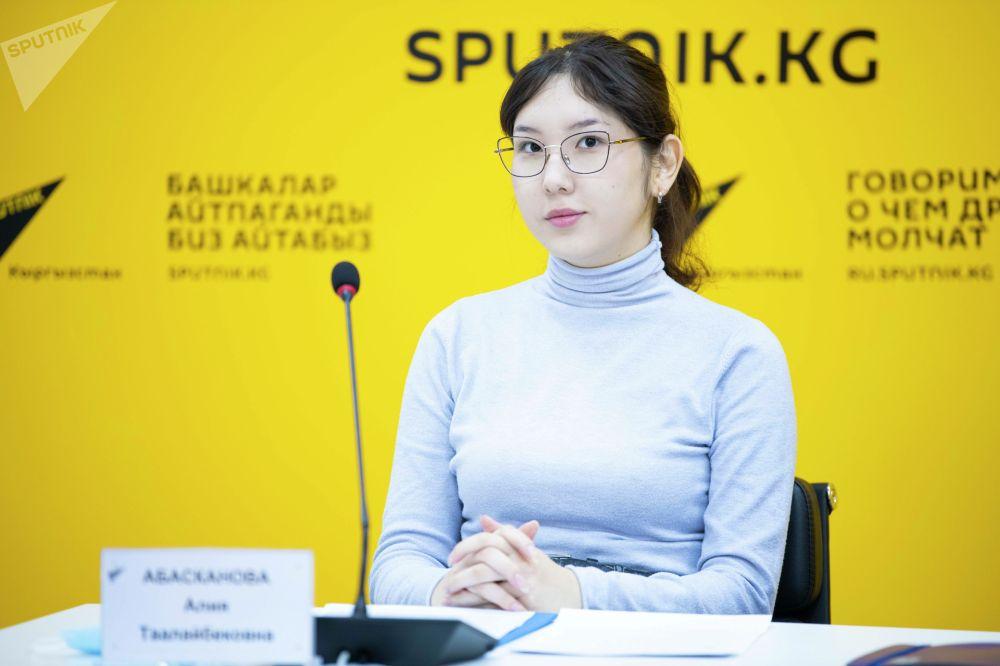Юрист Алия Абасканова на брифинге в мультимедийном пресс-центре Sputnik Кыргызстан
