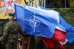 НАТО желегин кармаган аскер. Архивдик сүрөт