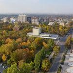 Вид на парк Панфилова в осенний день с высоты в Бишкеке