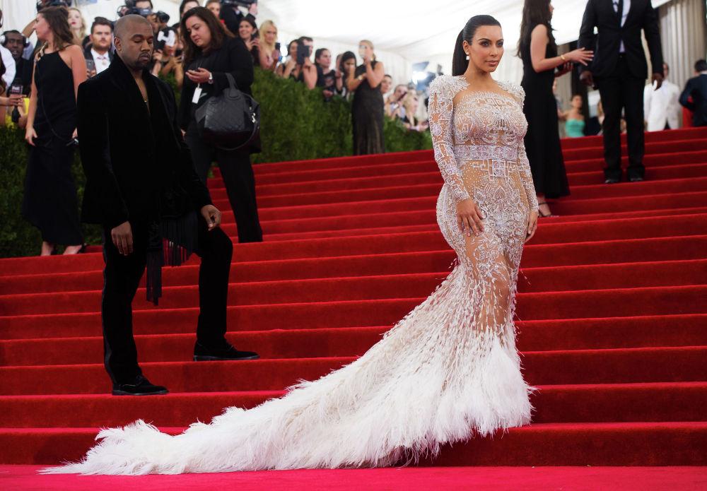 Американская модель, актриса Ким Кардашьян и ее муж репер Канье Уэст прибывают на благотворительный вечер в Нью-Йорке. 4 мая 2015 года