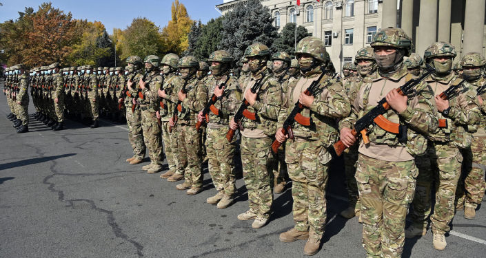 Военнослужащие на церемонии передачи 40 единиц новой бронированной военной техники пограничной службе ГКНБ