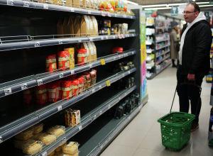 Пустые полки в одном из магазинов Москвы. Архивное фото
