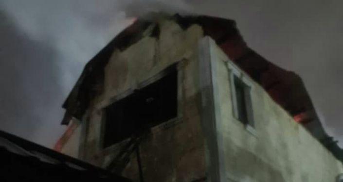 Пожар в двухэтажном доме в жилмассиве Кок-Жар в Бишкеке. 22 октября 2021 года