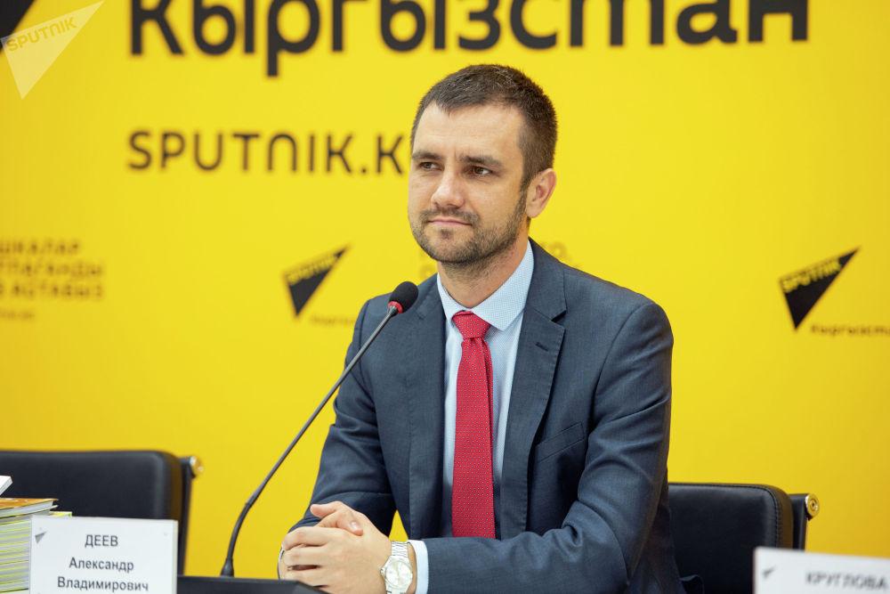 Директор по привлечению иностранных студентов Национального исследовательского университета Высшая школа экономики Александр Деев в пресс-центре Sputnik Кыргызстан. 22 октября 2021 года