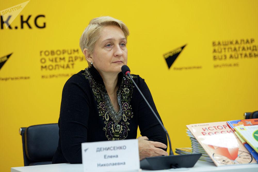 Научный редактор издательства Русский язык — курсы Елена Денисенко в пресс-центре Sputnik Кыргызстан. 22 октября 2021 года