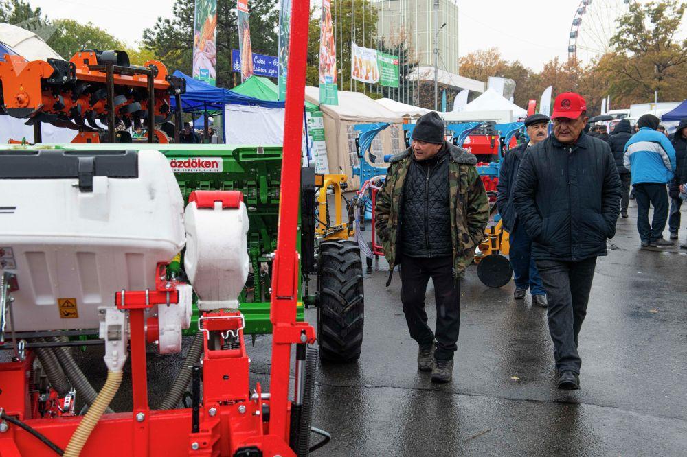 У Дома правительства выставлены образцы новой техники для фермеров. Среди них тракторы, комбайны, сеялки, доильные аппараты, мобильные зерносушилки и другое оборудование.